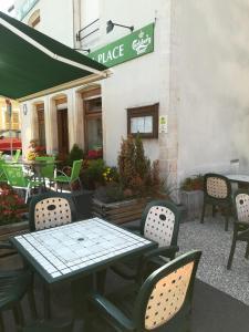 Restaurant ou autre lieu de restauration dans l'établissement hotel de la place