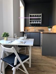 A kitchen or kitchenette at VIU Haffnera 21