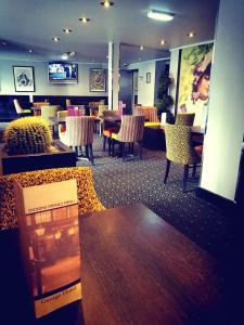 A restaurant or other place to eat at Mercure George Hotel, Reading