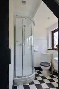 A bathroom at The Stag's Head Inn