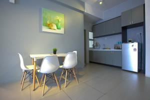 Dapur atau dapur kecil di DreamScape Apartment @ Golden Hill