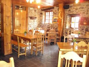 A restaurant or other place to eat at Hotel Rural Valle de Ancares