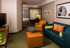 A seating area at SpringHill Suites by Marriott New York LaGuardia Airport