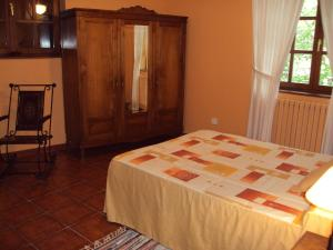 A bed or beds in a room at Hotel Rural Valle de Ancares