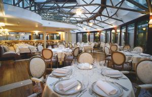 A restaurant or other place to eat at Hotel Le Premier