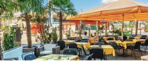 Ein Restaurant oder anderes Speiselokal in der Unterkunft Hotel Blumenstein