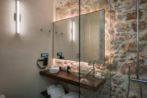 A bathroom at Ambassadors Residence Boutique Hotel