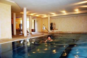 Der Swimmingpool an oder in der Nähe von Landhaus Preißinger