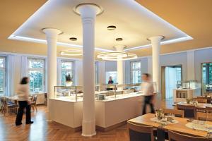 Ein Restaurant oder anderes Speiselokal in der Unterkunft Schönblick. Christliches Gästezentrum