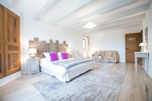 A bed or beds in a room at Guest House La Bastide des Bourguets