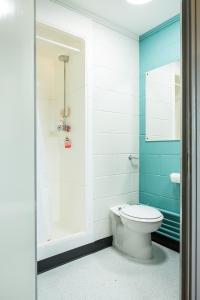 A bathroom at Queens's University Elms BT9
