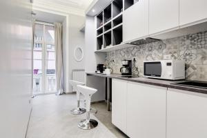 A kitchen or kitchenette at Maison Degli Artisti