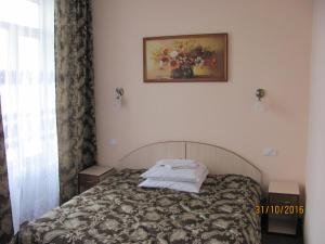 A bed or beds in a room at Hotel Vinnytsia Sawoy
