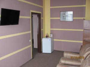 A television and/or entertainment centre at Hotel Vinnytsia Sawoy