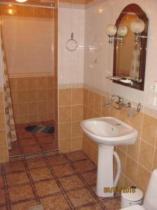 A bathroom at Hotel Vinnytsia Sawoy