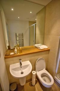 A bathroom at Quay Apartments Leeds