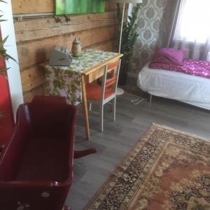 A seating area at Kansakoulu