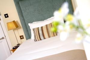 A bed or beds in a room at Banbury Wroxton House Hotel, BW Signature Collection