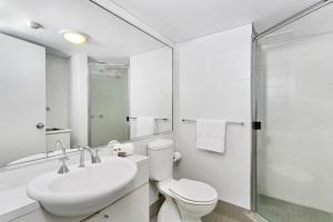A bathroom at One Bedroom Apartment Macpherson St(GA104)