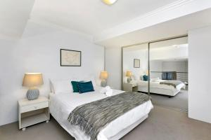 A bed or beds in a room at One Bedroom Apartment Macpherson St(GA104)