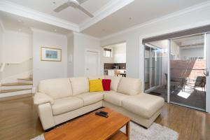 A seating area at Waterstreet Apartment