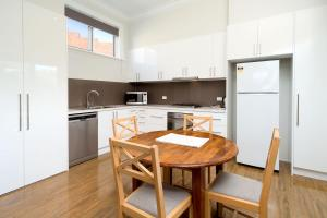 A kitchen or kitchenette at Waterstreet Apartment