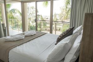 A bed or beds in a room at Le Jarden Vu Du Port
