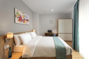 מיטה או מיטות בחדר ב-Athina Suites Hotel