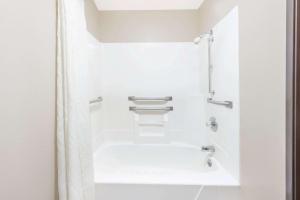 A bathroom at Super 8 by Wyndham Paris IL