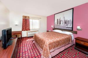 A bed or beds in a room at Super 8 by Wyndham Paris IL