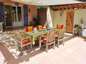 A restaurant or other place to eat at Vibrant Villa with Private Pool in Tavernes
