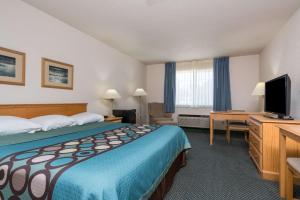 A bed or beds in a room at Super 8 by Wyndham Sheldon