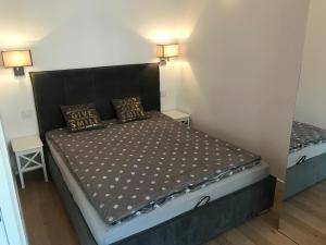 Postel nebo postele na pokoji v ubytování Spirit of Warsaw Apartment