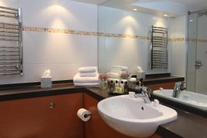 A bathroom at Best Western Plus Dunfermline Crossford Keavil House Hotel