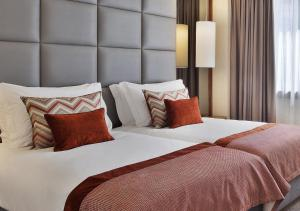 A bed or beds in a room at TURIM Marques Hotel