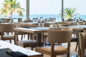 A restaurant or other place to eat at Estival Torrequebrada