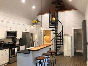 A kitchen or kitchenette at Cozy Island Cottage