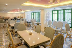 A restaurant or other place to eat at Siri Heritage Bangkok Hotel
