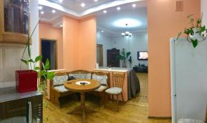 Um restaurante ou outro lugar para comer em metro ICHERI SHEHER
