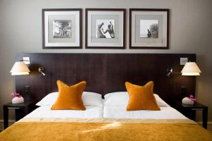 A bed or beds in a room at Auteuil Manotel