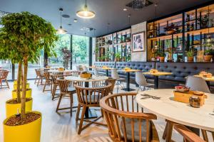A restaurant or other place to eat at Park Inn by Radisson Danube Bratislava