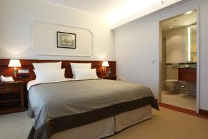 A bed or beds in a room at ATLANTIC Hotel Wilhelmshaven