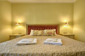 A bed or beds in a room at Royal Winery Queen Maria