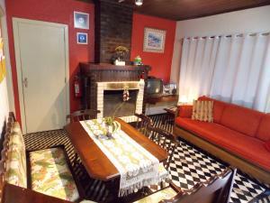 A seating area at Casa para 4 pessoas - Canela - Caracol