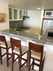 Una cocina o zona de cocina en Departamento 523 con playa dentro de Hotel en Ixtapa