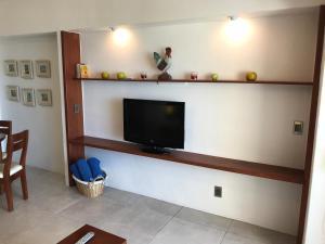 Una televisión o centro de entretenimiento en Departamento 523 con playa dentro de Hotel en Ixtapa