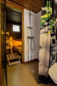 Ett badrum på Riihivuoren Lomakylä