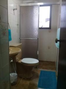 A bathroom at Apto da Mariana Centro Ubatuba 3 Quartos, Piscina e Garagem Pré-visualizar anúncio