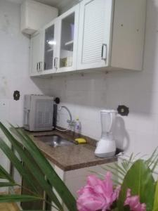 A kitchen or kitchenette at Apto da Mariana Centro Ubatuba 3 Quartos, Piscina e Garagem Pré-visualizar anúncio