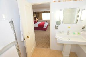 A bathroom at Best Western Frodsham Forest Hills Hotel